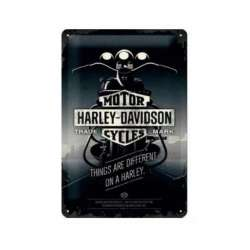 "PLAQUE EN METAL HARLEY-DAVIDSON VINTAGE ""THINGS ARE DIFFERENT ON A HARLEY"" 20 x 30 cm"